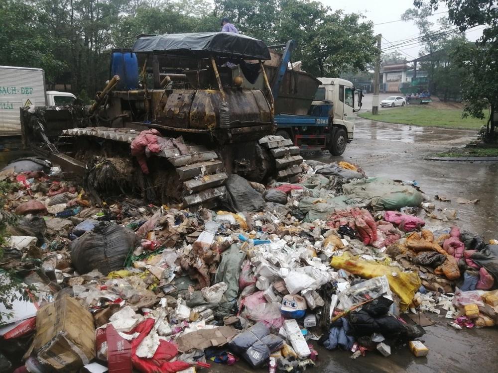 Cục Quản lý thị trường tỉnh Thừa Thiên Huế tổ chức tiêu hủy hàng hóa là tang vật vi phạm hành chính bị tịch thu, không đủ điều kiện lưu thông trên thị trường.