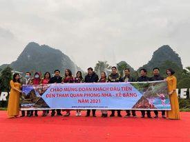 Chào mừng đoàn du khách đầu tiên đến Phong Nha năm 2021