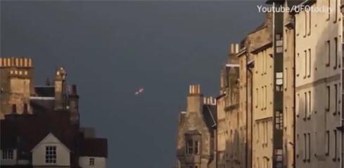 Hình ảnh phát sáng được cho là UFO xuất hiện trên bầu trời Pháp. Ảnh: VietNamNet