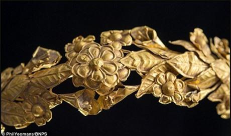 Chiếc vòng này được thực hiện họa theo những chiếc vòng làm từ hoa lá tươi trong văn hóa Hy Lạp cổ đại