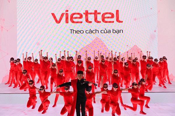 """Nhận diện thương hiệu mới của Viettel có Logo màu đỏ chủ đạo và slogan """"Your way - Theo cách của bạn"""""""