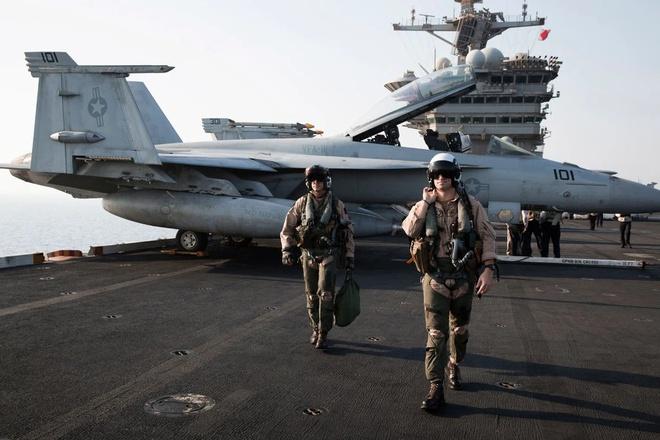 Các phi công Hải quân thuộc phi đội VFA-11, Red Red Ripper, trên tàu sân bay Theodore Roosevelt năm 2015. Phi đội bắt đầu nhận thấy các vật thể lạ ngay sau khi Hải quân nâng cấp hệ thống radar trên các máy bay chiến đấu F / A-18. Ảnh: Adam Ferguson.