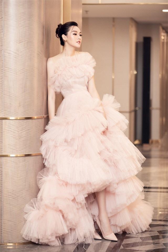 Á hậu Tường San xinh như công chúa lần đầu xuất hiện sau đám cưới - Ảnh 1.