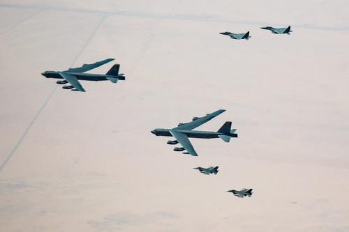 Tiêm kích của Saudi Arabia hộ tống máy bay ném bom B-52 Mỹ. Ảnh: TASS.