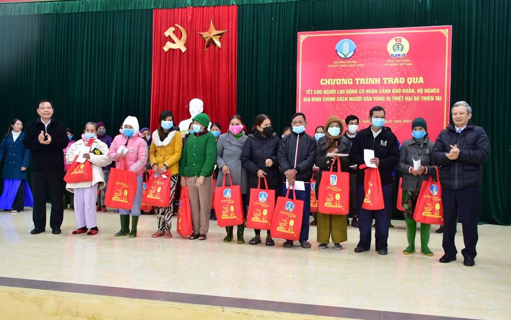 Bộ trưởng Bộ NN&PTNT Nguyễn Xuân Cường (bên trái) trao quà hỗ trợ người dân.