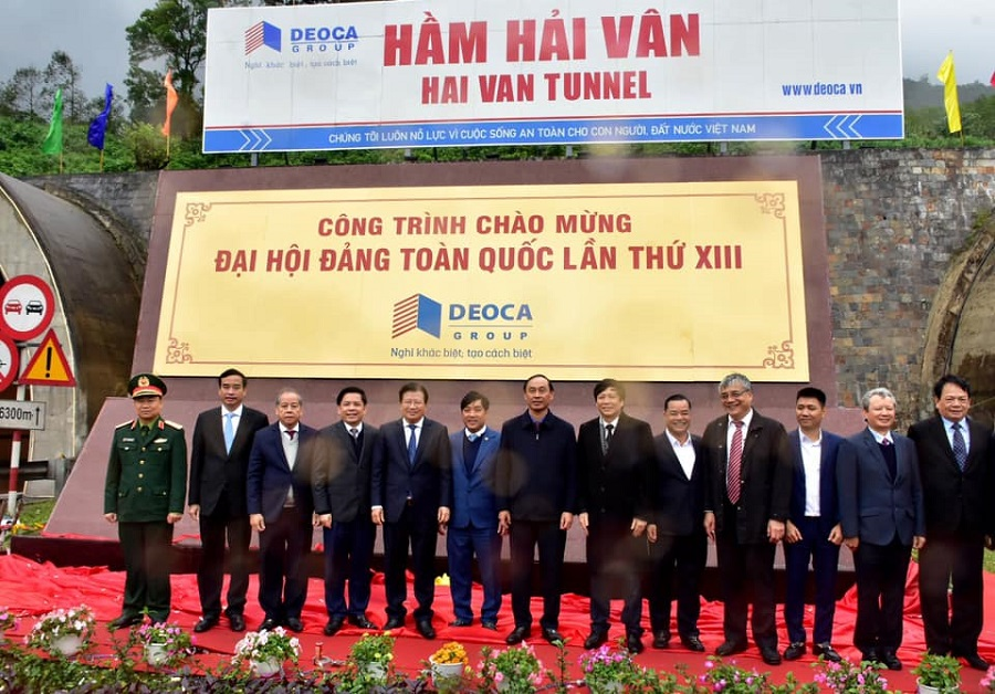 Phó Thủ tướng Trịnh Đình Dũng chụp ảnh lưu niệm cùng lãnh đạo bộ ngành, chủ đầu tư và 2 địa phương TP. Đà Nẵng và Thừa Thiên Huế tại cổng hầm.
