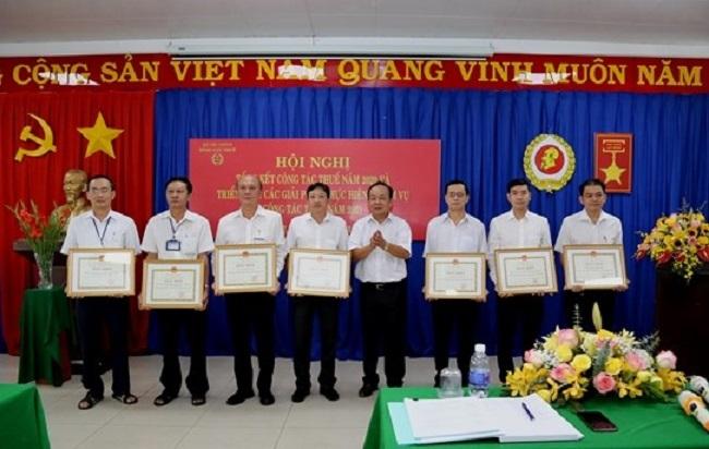 Ông Nguyễn Minh Tâm, Cục trưởng Cục thuế tỉnh Bình Dương trao Bằng khen cho các tập thể hoàn thành xuất sắc nhiệm vụ năm 2020.