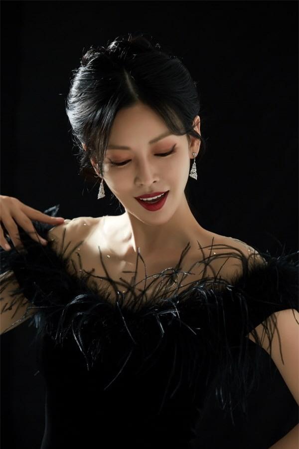 Ác nữ Penthouse Kim So Yeon hé lộ lý do để mặt mộc đi show hát giấu mặt - Ảnh 1.