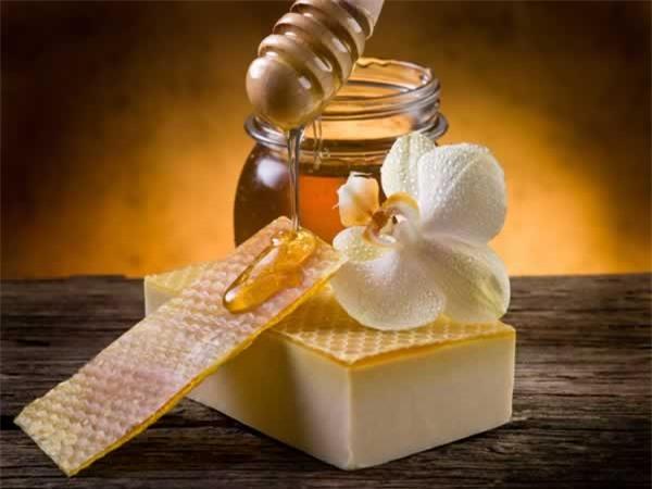 Dưỡng da mùa đông bằng mật ong nguyên chất sẽ giúp da duy trì độ ẩm cần thiết khi tiết trời hanh khô