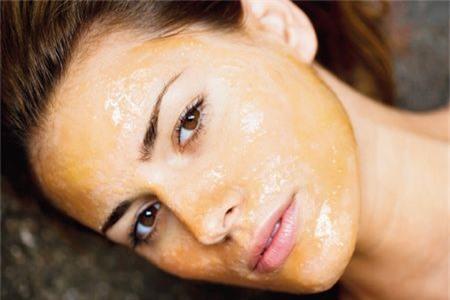 Dưỡng da mùa đông bằng mật ong sẽ phục hồi độ căng bóng của làn da
