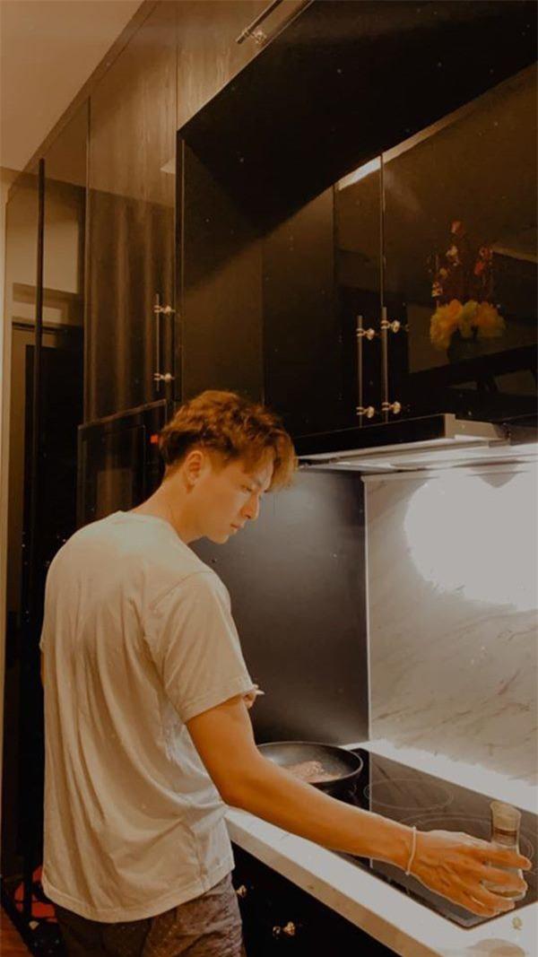 Căn hộ của Ngô Kiến Huy: Đơn giản nhưng không thua kém ai trong showbiz, bước vào khu bếp mới trầm trồ - Ảnh 8.