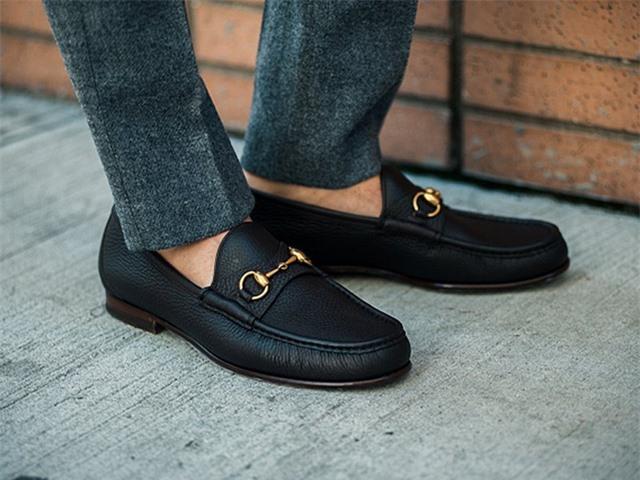 Nam giới có thói quen đi giày không tất nhưng lại không biết tác hại của thói quen này khá nguy hiểm. Ảnh minh họa