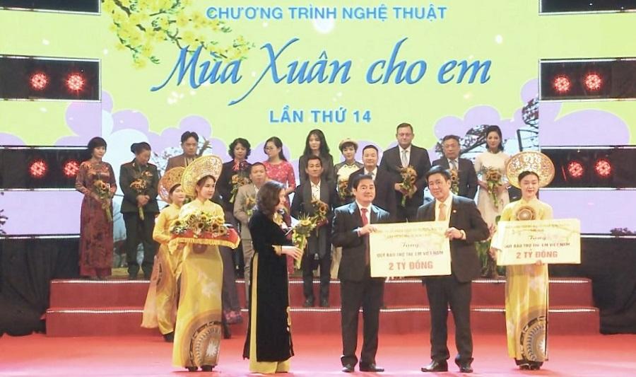 Ông Nguyễn Thuận, Chủ tịch danh dự Quỹ Từ thiện Kim Oanh trao hỗ trợ các hoạt động chăm lo trẻ em năm 2021.