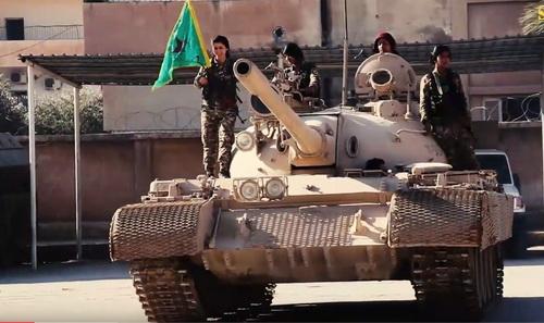 Xe tăng hạng trung T-55 do các nữ binh người Kurd điều khiển. Ảnh: Topwar.