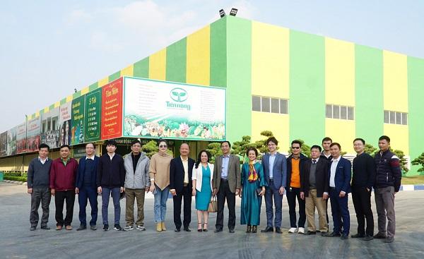Các đại biểu thăm quan Công ty Cổ phần Công nông nghiệp Tiến Nông.