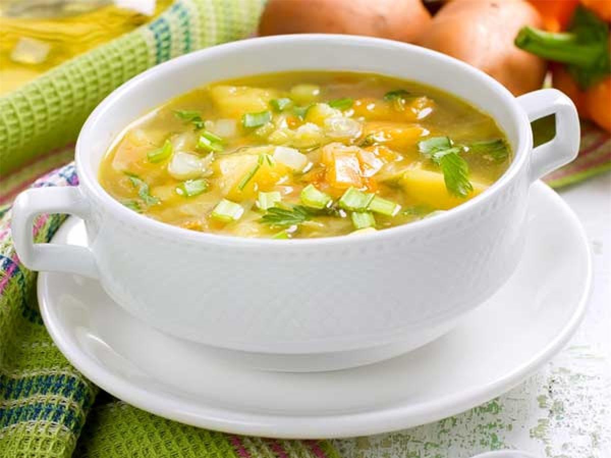 Mẹo số 4: Khai vị bằng một món canh rau ít béo. Cách này sẽ giúp bạn ăn ít các món ăn khác hơn, từ đó giúp giảm khẩu phần ăn.