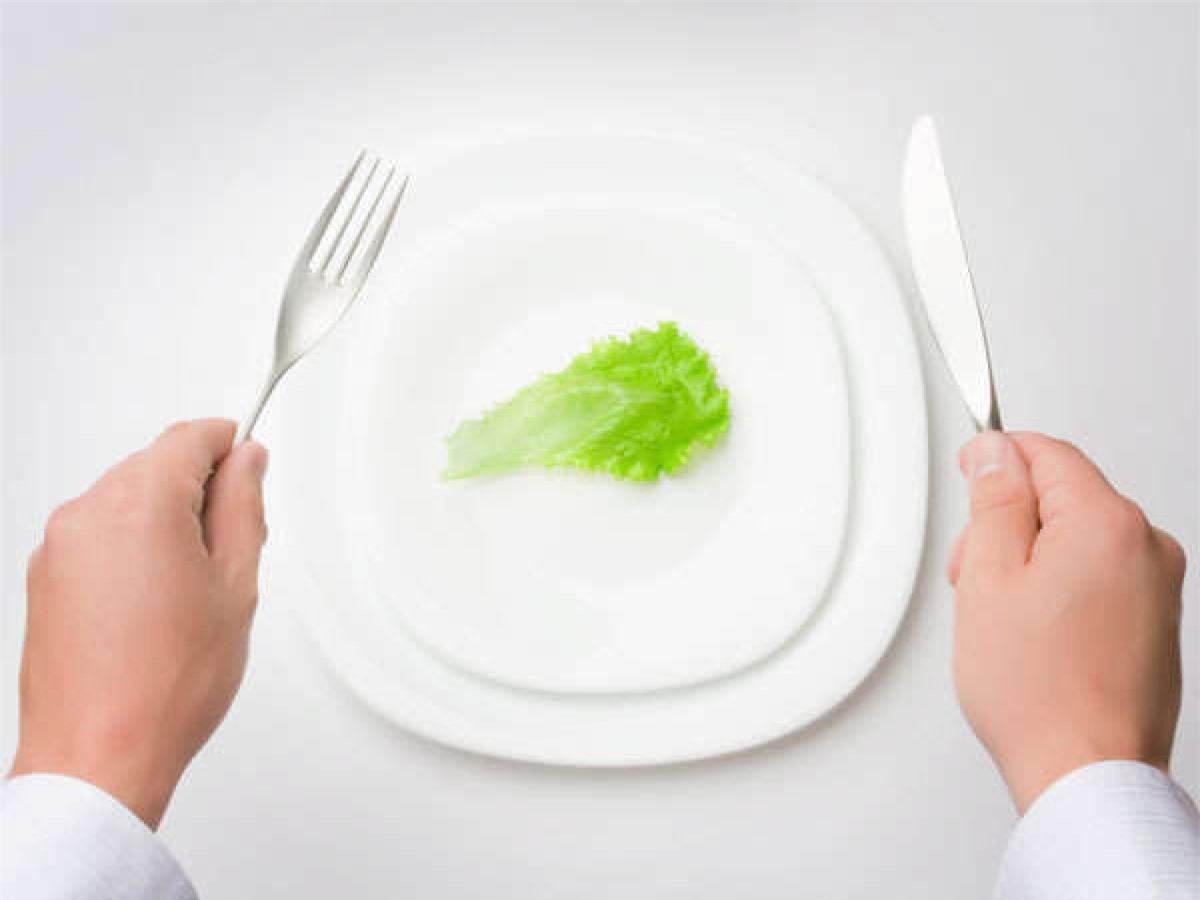 Mẹo số 5: Thêm một mẹo nữa để cắt giảm khẩu phần ăn là sử dụng bát và đĩa nhỏ hơn bình thường. Cách này sẽ giúp bạn hạn chế lượng thức ăn trong mỗi bữa ăn.