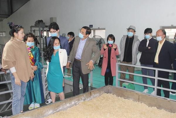 Các đại biểu thăm quan Nhà máy SX rượu gạo truyền thống và nước uống tinh khiết Dạ Lan.