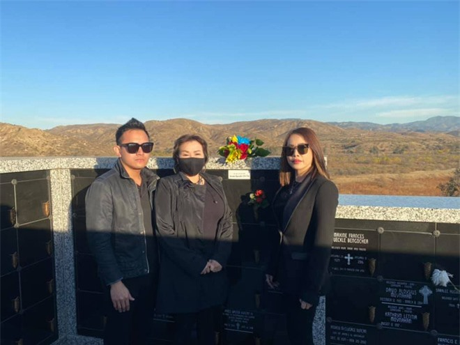 Con trai và em gái ruột Hoài Linh đến thăm viếng nơi an nghỉ của cố nghệ sĩ Chí Tài - Ảnh 4.