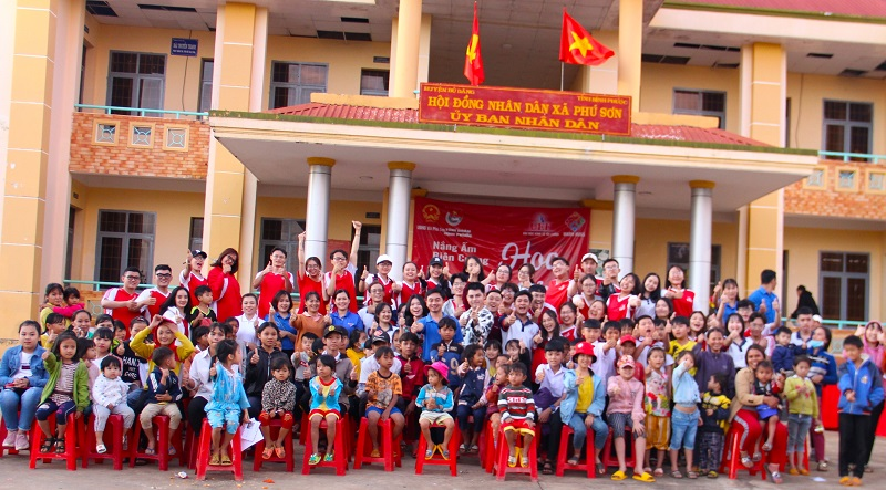 """Trong tiết trời lạnh giá, hàng trăm thiếu nhi và người dân xã Phú Sơn, huyện Bù Đăng được sưởi ấm bởi Chương trình """"Nắng ấm biên cương IV - Hoa màu lửa"""" đầy màu sắc do CLB Warm Hugs - ĐH Kinh tế Tài chính (TP. HCM) tổ chức."""