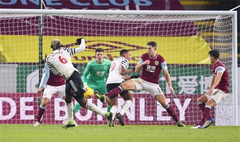 Pogba tung cú sút xé lưới Burnley