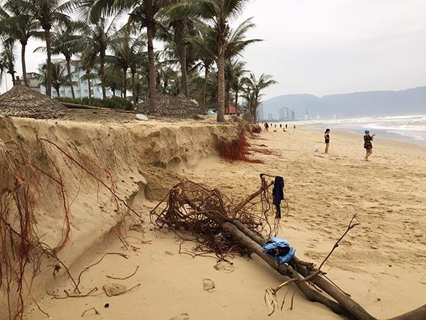 Xói lở tại bãi biển Mỹ Khê, khu vực trước Nhà khách T20 (phường Phước Mỹ, quận Sơn Trà). Đến mùa khô, bãi biển này sẽ bình thường trở lại!