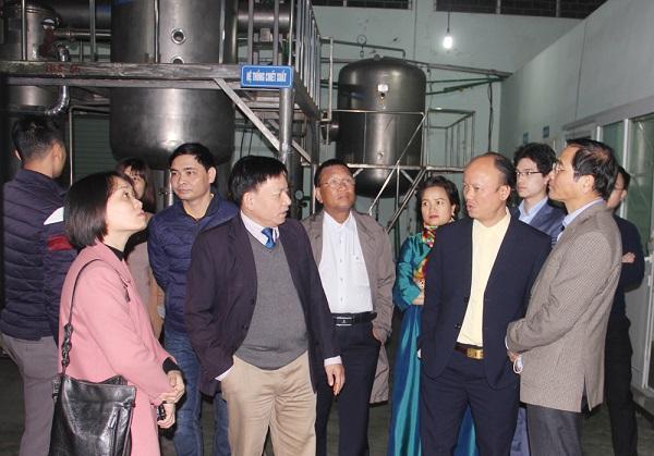 Các đại biểu thăm Công ty CP Dược - Vật tư Y tế Thanh Hoá.