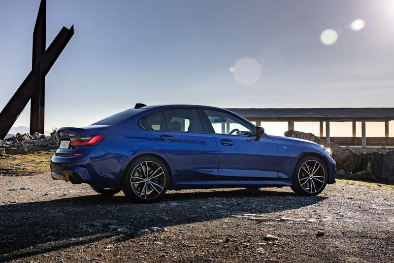 8. BMW 3 Series (doanh số: 299.941 chiếc).