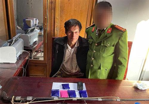 """""""Cáo già"""" bán lẻ ma túy vùng biên Nghệ An chống cự khi bị bắt giữ"""