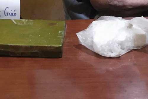 Hà Nội: Bắt giữ đối tượng giấu 2 bánh heroin trong áo khoác