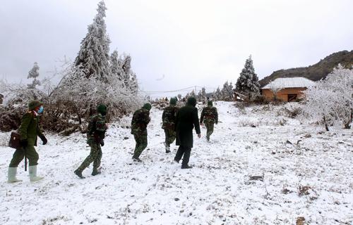 Bộ đội đồn biên phòng Y Tý (Bát Xát, Lào Cai) tuần tra trong điều kiện khắc nghiệt băng giá, mưa tuyết ngày 13/1. (Ảnh: Quốc Khánh/TTXVN)