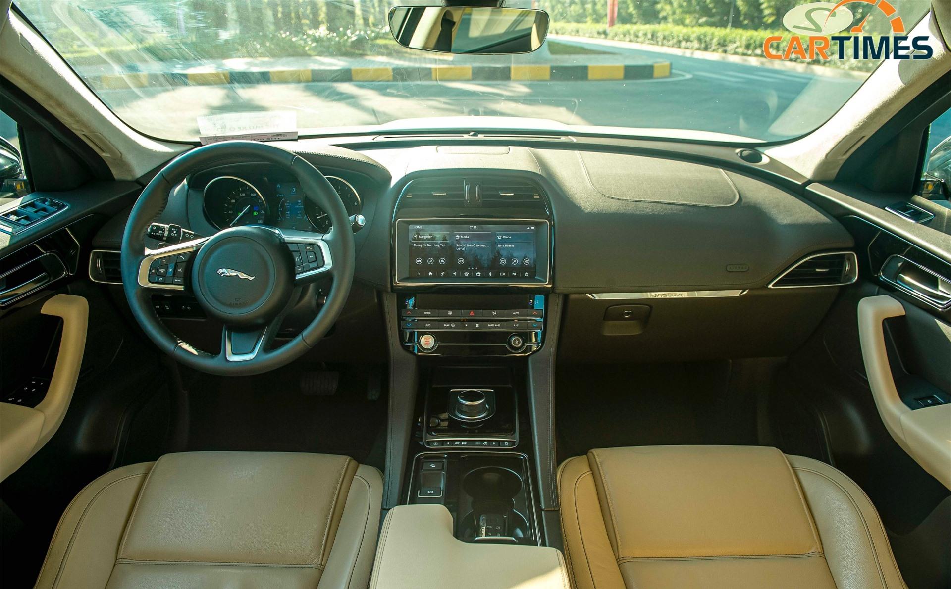 Hàng ghế trước của xe Jaguar F-Pace