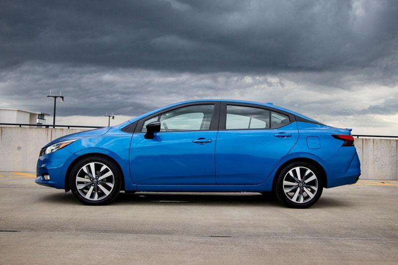 1. Nissan Versa Sedan (giá: 14.830-18.340 USD).