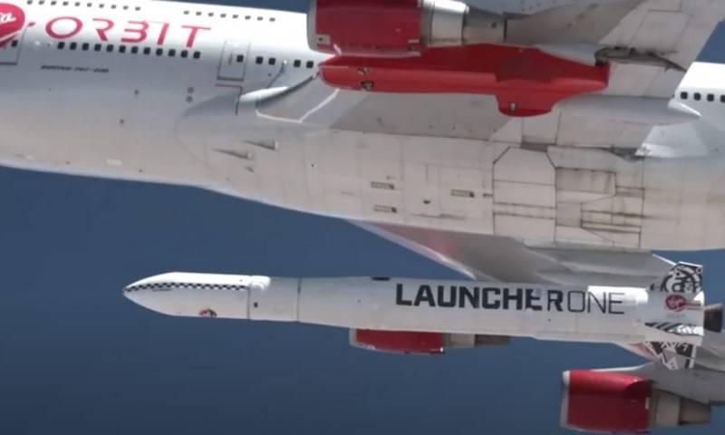 Tên lửa vũ trụ Launcher One dưới cánh máy bay Boeing 747. Ảnh: Topwar.