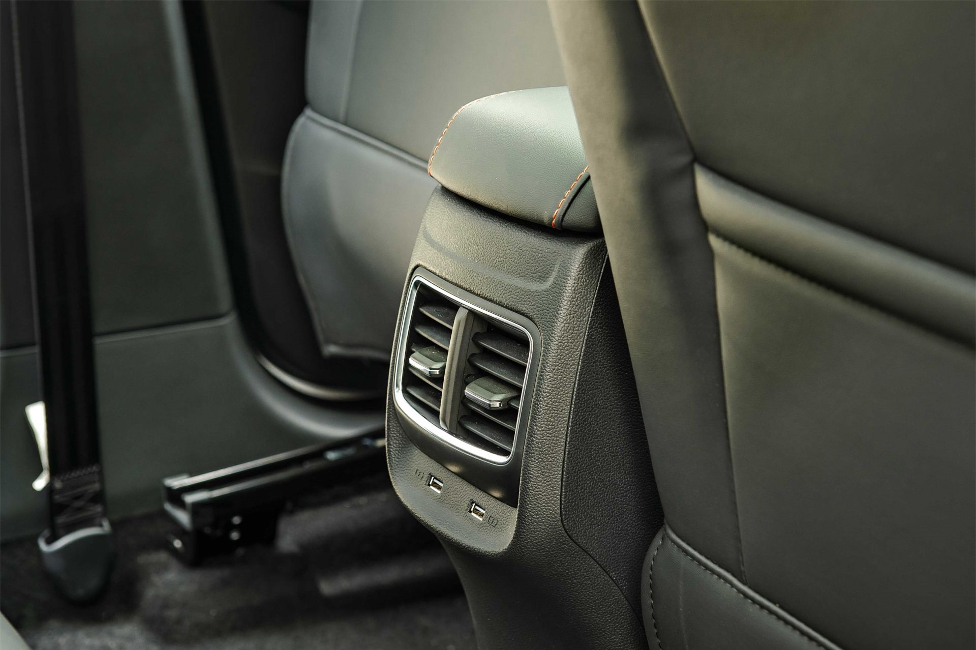 Cổng USB ở hàng ghế sau xe MG ZS 2021