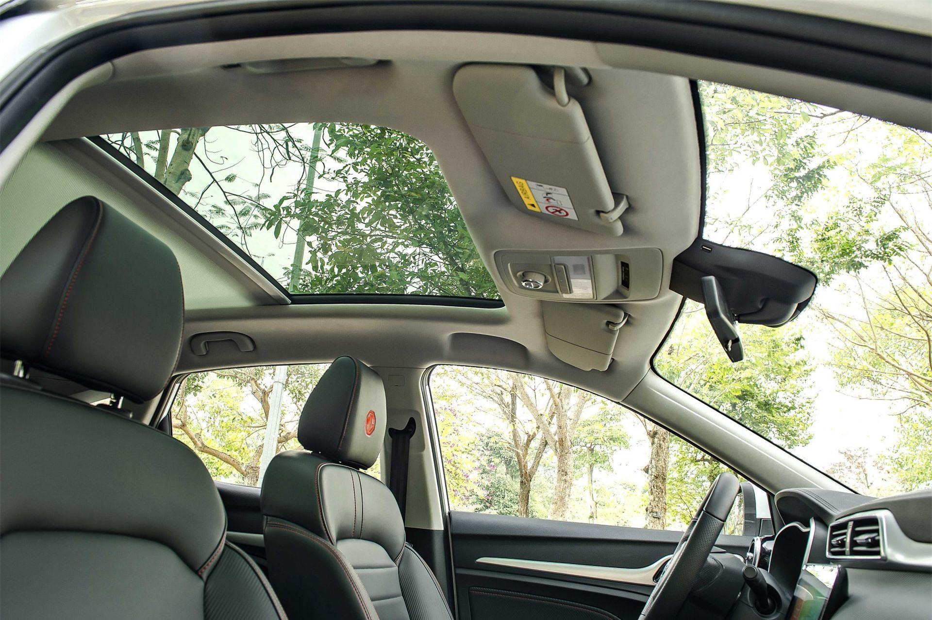Cửa sổ trời toàn cảnh trên xe MG ZS 2021