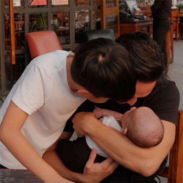 Hồ Ngọc Hà - Kim Lý khoe ảnh gia đình siêu đáng yêu - Ảnh 1.