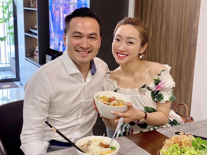 Sau hơn 1 năm công khai tình cảm, cuộc sống của Chi Bảo và bạn gái kém 16 tuổi ra sao? - Ảnh 2.