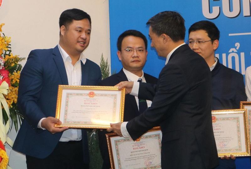 GS.TS Trần Văn Thuấn trao Bằng khen cho đại diện các tập thể thanh niên có nhiều đóng góp xuất sắc trong hoạt động.