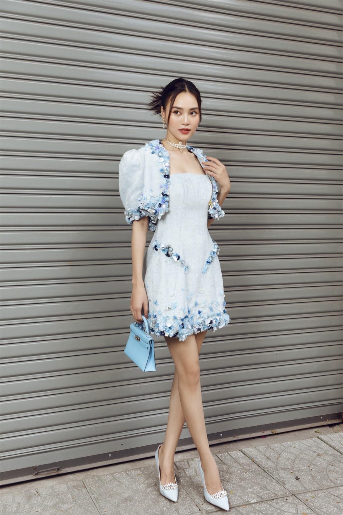 Đặc biệt trong những ngày cuối năm tại TP HCM, thời tiết liên tục chuyển biến giữa nắng nóng và se lạnh thì những gợi ý trang phục của Lê Thanh Hòa cũng sẽ mang đến cho các nàng sự lựa chọn.