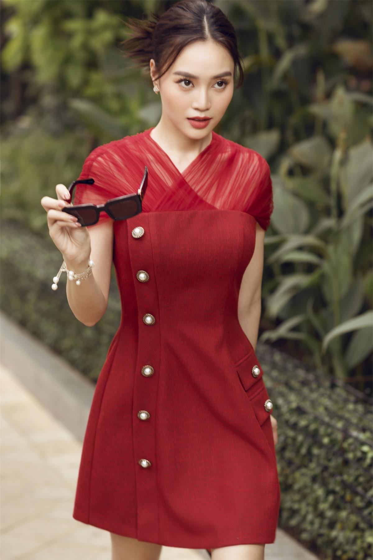 Những thiết kế của NTK Lê Thanh Hoà thật sự hoà hợp và giúp cho nữ diễn viên tôn lên diện mạo tươi trẻ, rạng rỡ.