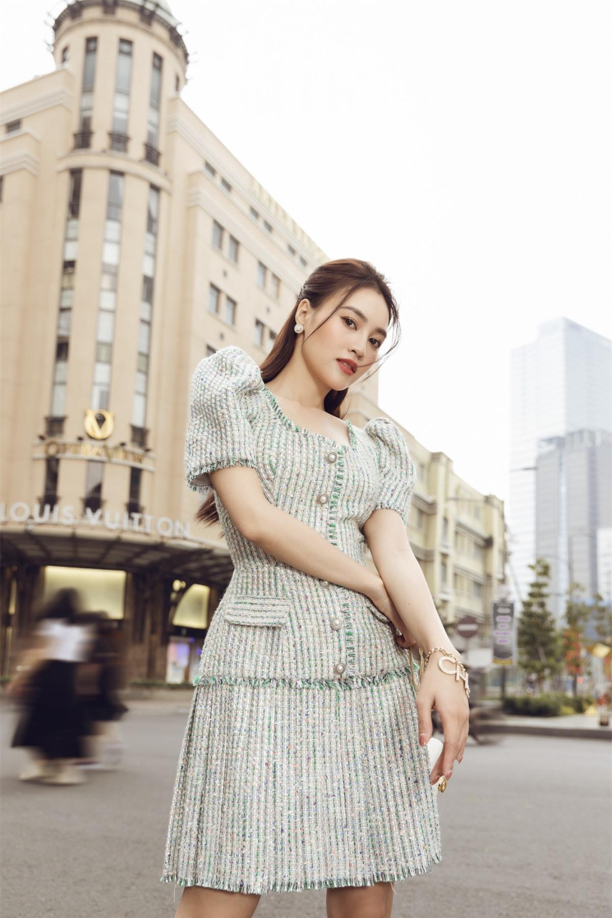 Nữ diễn viên cũng thể hiện khả năng phối đồ cao tay khi sử dụng những chiếc túi nhỏ xinh đồng màu, choker ngọc, kính mát và những đôi cao gót mũi nhọn, hay giày dây phù hợp hoàn hảo với màu sắc của những chiếc đầm.