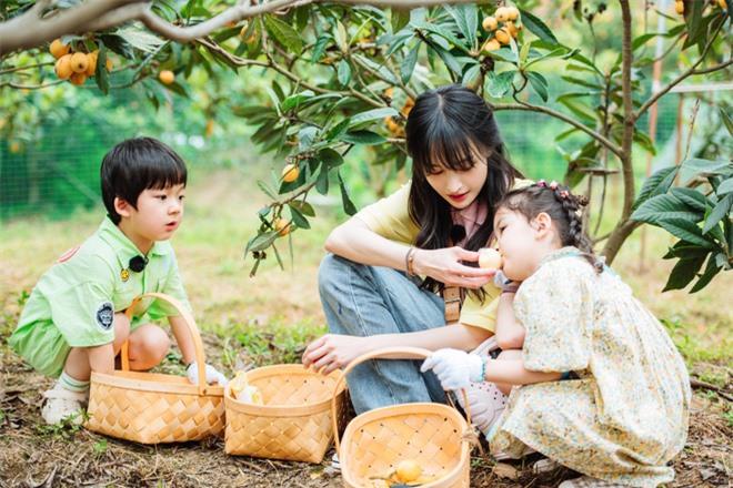 Trịnh Sảng bị netizen chỉ trích giả tạo khi đòi bỏ con mình nhưng lại lên show chăm sóc con nhà người ta - Ảnh 1.