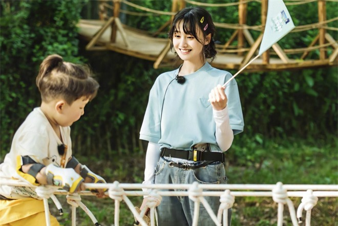 Trịnh Sảng bị netizen chỉ trích giả tạo khi đòi bỏ con mình nhưng lại lên show chăm sóc con nhà người ta - Ảnh 8.