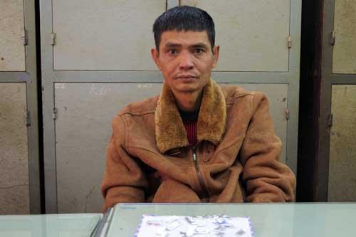 Đối tượng Lê Văn Hoàn cùng tang vật tại Cơ quan điều tra.