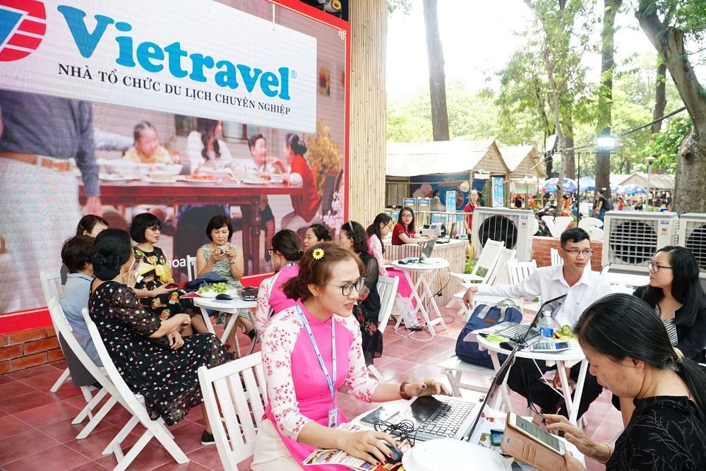 Vietravel mang đến du khách nhiều ưu đãi hấp dẫn khi mua tour Tết tại gian hàng của mình.