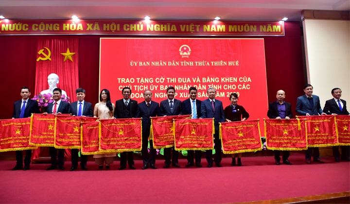 Bí thư Tỉnh uỷ và Chủ tịch UBND tỉnh Thừa Thiên Huế trao Cờ thi đua xuất sắc cho các doanh nghiệp.