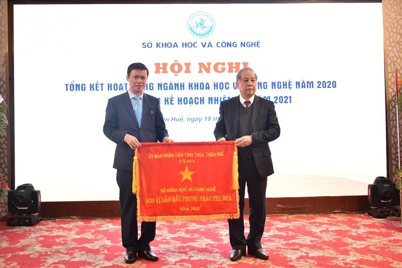 Chủ tịch UBND tỉnh Thừa Thiên Huế Phan Ngọc Thọ trao Cờ thi đua xuất sắc năm 2020 cho Sở KH&CN.