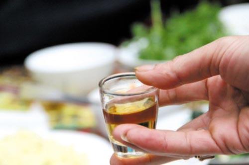 Mẹo uống rượu ngày Tết không bị say bạn buộc phải nhớ
