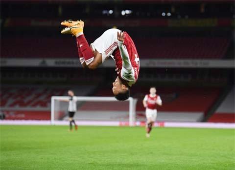 Aubameyang lại nhảy santo ăn mừng bàn thắng và Arsenal đã dễ dàng vượt qua Newcastle